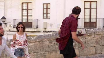Amigos adultos jóvenes de vacaciones caminando en Ibiza, España, rodada en r3d
