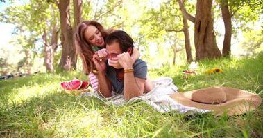 rire fille couvrant les yeux de son petit ami de manière ludique