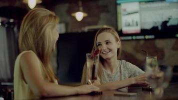 mujeres hablando en un bar
