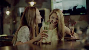 donne che tintinnano i bicchieri