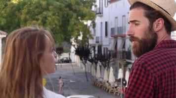 pareja hablando mientras caminan por la ciudad de ibiza, vista posterior, filmada en r3d