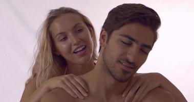 ragazza bionda che dà al suo ragazzo un massaggio alla spalla