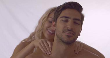bionda dando al suo ragazzo un massaggio alle spalle