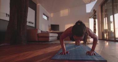 femmina fitness facendo push up a casa