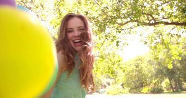 garota com um monte de balões em um dia de verão