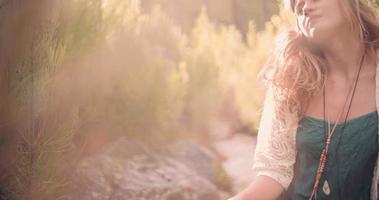 garota boho em moda vintage cercada pela natureza