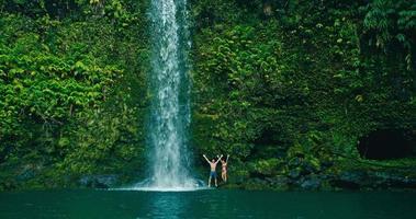 pareja relajante bajo la cascada