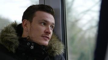 uomo che parla con un amico in carrozza del treno girato su r3d