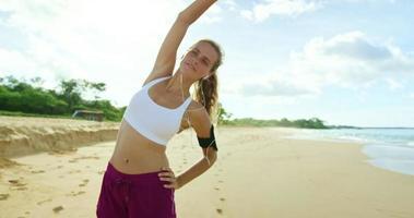 athletische junge Frau, die sich streckt