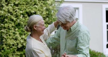adorável casal de idosos dançando