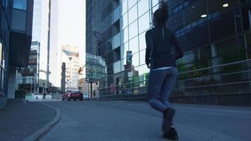 homme et femme en cours d'exécution vers l'extérieur caméra en milieu urbain