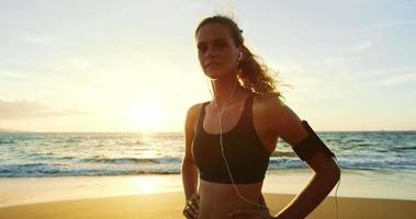 giovane donna atletica che risolve