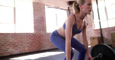giovane ragazza sollevamento pesi durante l'allenamento in palestra in palestra
