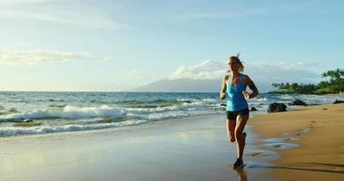 jovem correndo na praia