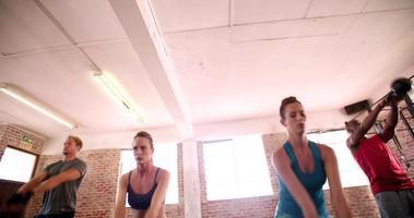 Atletas multiétnicos centrados en el entrenamiento de gimnasio en el gimnasio. video