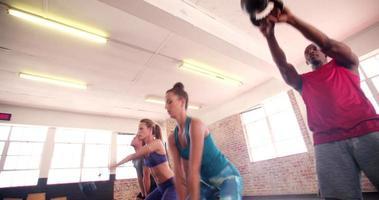 multi-etnische jonge vrienden concentreerden zich op gymtraining in de sportschool