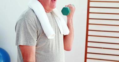 hombre mayor, levantar pesas de mano video