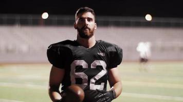 Porträt eines Fußballspielers auf einem Feld, das einen Fußball fängt video