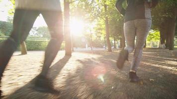 siga a foto mulher e homem correndo para a frente e para fora da câmera em um dia ensolarado