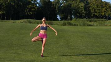 treinador ensina ioga.