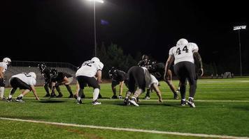 un giocatore di football combatte oltre i suoi avversari e corre verso la end zone