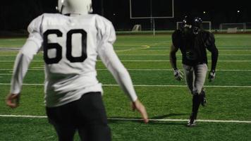 un giocatore di football prende un passaggio e fa un touchdown al rallentatore