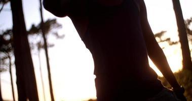 angolo di tiro di acqua potabile atleta di sci di fondo afro-americano video