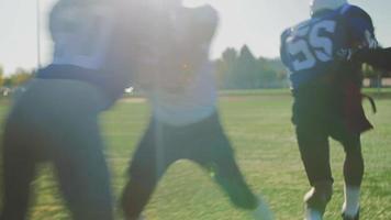 voetballers die een toneelstuk op het veld rennen