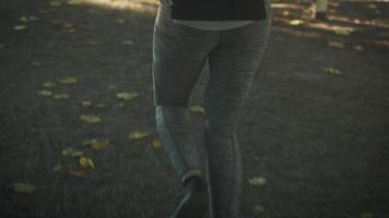 Folgen Sie der Aufnahme einer Frau, die im Park am hellen sonnigen Tag läuft