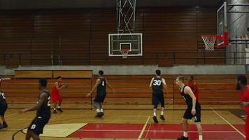 Ein Basketballspieler macht während eines Spiels einen Slam Dunk