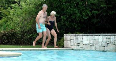 pareja de ancianos saltando