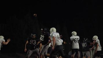 Ein Fußballspieler wirft den Ball in Richtung Kamera und macht einen Touchdown