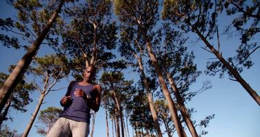 Low Angle Shot von Afroamerikaner, der seine Laufzeiten überprüft