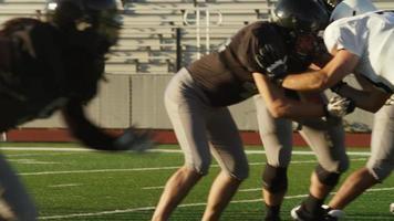 een voetballer springt over een tegenstander heen en maakt een touchdown, in slow motion
