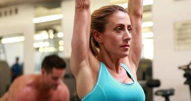 Zwei fitte Leute, die im Fitnessstudio trainieren video