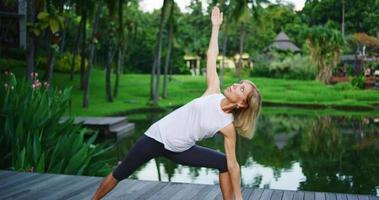 mujer practicando yoga video