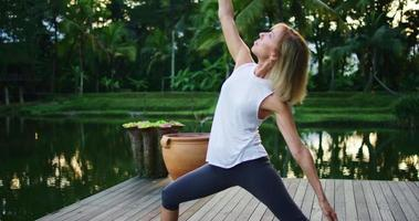 donna che pratica yoga video
