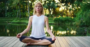 donna che pratica la meditazione video