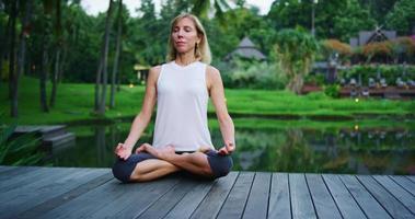 mujer practicando meditación video