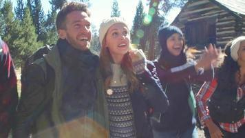 Amigos emocionados caminando por una cabaña en un bosque, de cerca, filmado en r3d