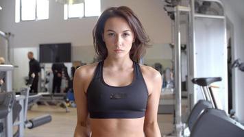vrouwenbank trainen met halters in een sportschool, vooraanzicht