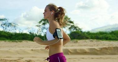 sportliche junge Frau trainieren