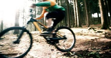Hombre en bicicleta de montaña paseos en pista en el bosque