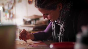 creatore di ceramica riempiendo tratti di matita su terracotta con bulbo di gomma