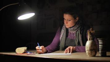 ceramista criando obras de arte com lápis em seu ateliê video