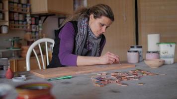 fabricante de cerâmica preenchendo traços de lápis em terracota com bulbo de borracha na frente de amostras de cores video
