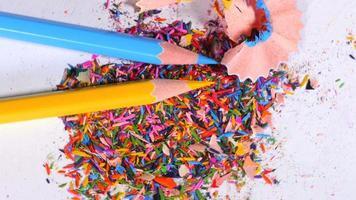 lápices azules y amarillos en el montón de sobras