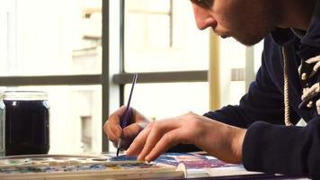 artiste travaillant sur la peinture