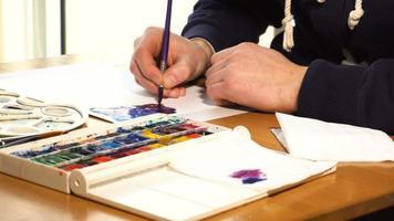 artista che lavora alla pittura video