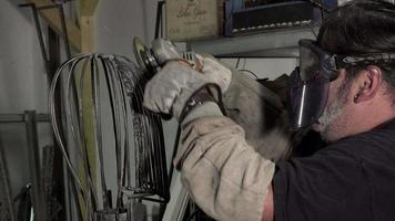 um arco escultor trabalhando em sua estátua